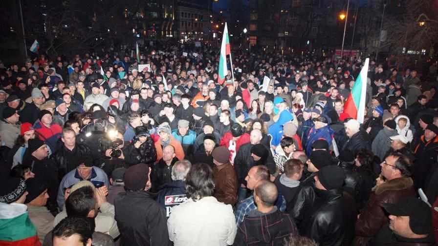 Девети ден: Полиция би протестиращи с палки, пострадали и двама униформени