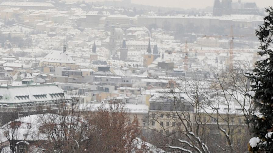 Силни снеговалежи парализираха движението в Прага