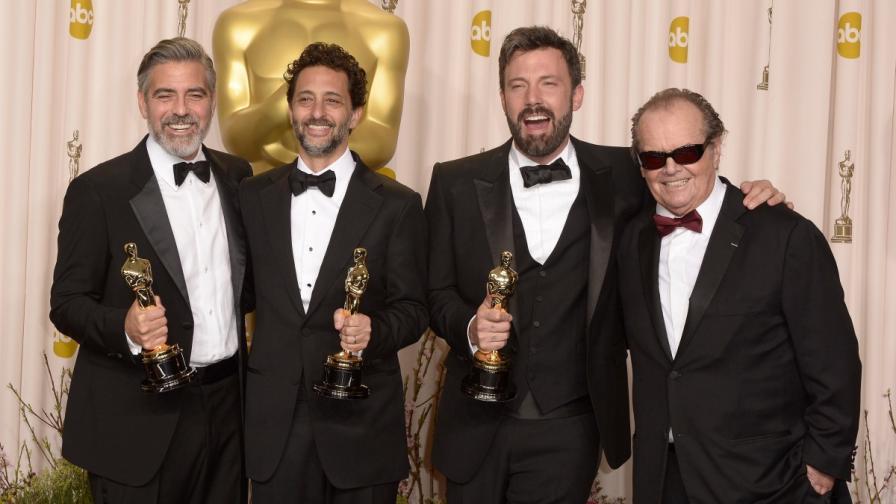 """Продуцентите на """"Арго"""":(отляво) Джордж Клуни, Грант Хеслов, Бен Афлек, който е и режисьор и изпълнител на главната роля, и Джак Никълсън, който им връчи статуетките"""