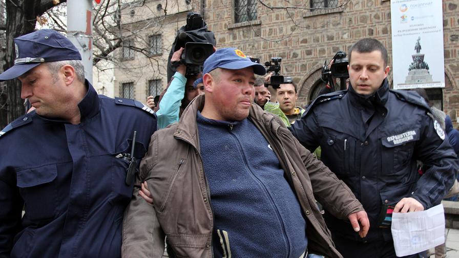 Задържаха мъж с пистолет пред Президентството
