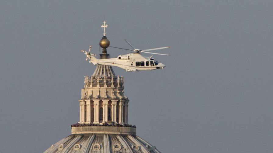 Първосвещеникът се качи на бял хеликоптер, окичен с флага на малкия град-държава и замина в посока Кастел Гандолфо