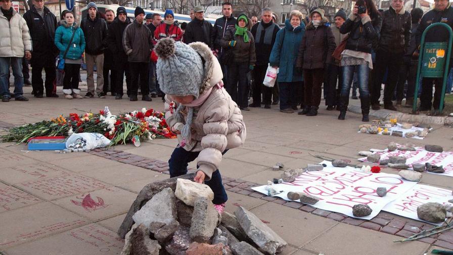 София и Варна: Грамада, цветя и свещи в памет на Пламен