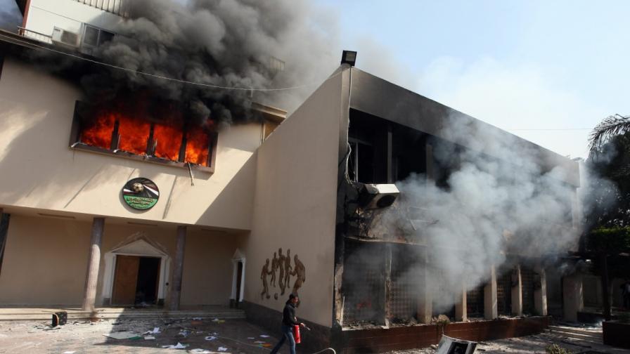 Безредици и пожари в Кайро след смъртни присъди за футболни фенове