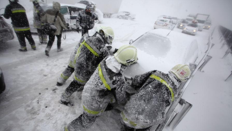 Централна Европа блокирана от сняг, засегнати са и българи