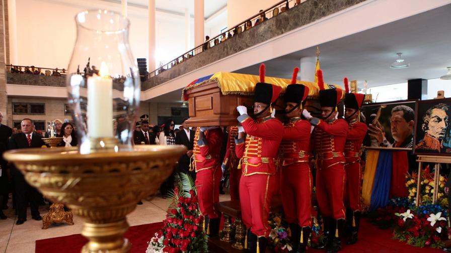 Саркофагът с тленните останки на Чавес е положен в Музея на Революцията в Каракас