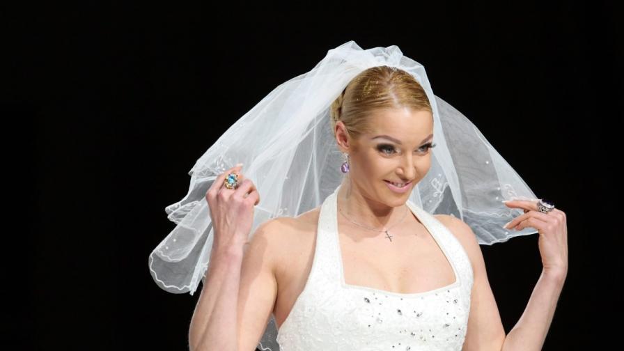 Прима балерината Анастасия Волочкова представя сватбен тоалет на модно ревю в Москва - снимка от 2011 г.