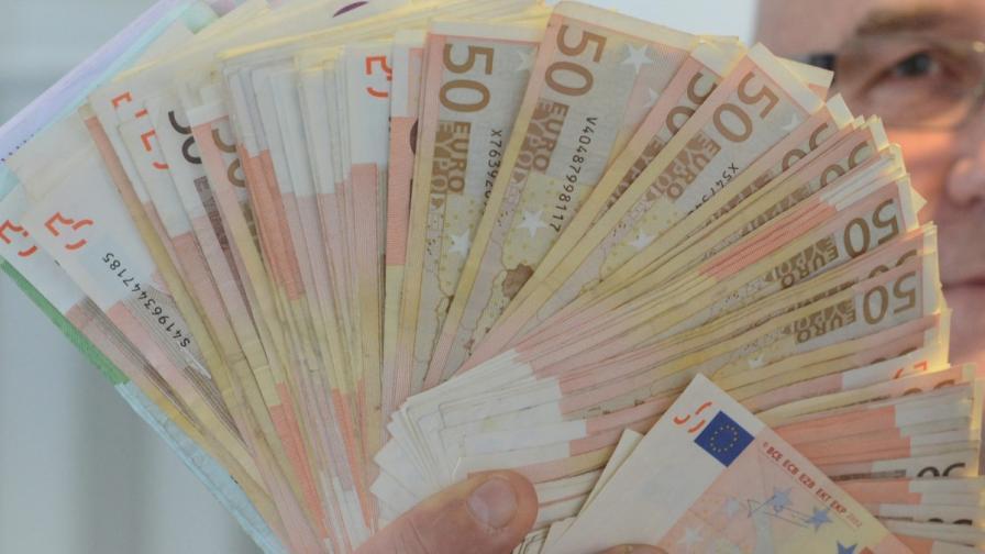 Двама изтеглили над 500 хил. евро от чужда сметка в София