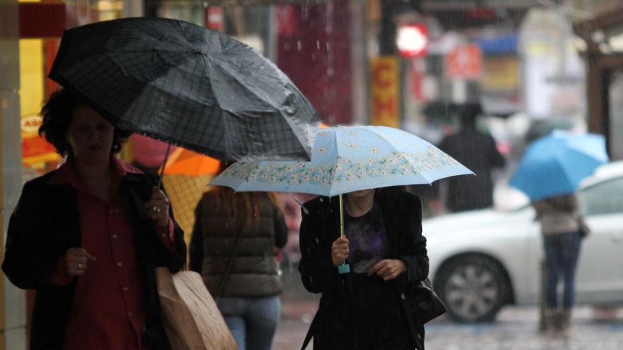 Жълт код заради силен вятър и обилни валежи в 24 области