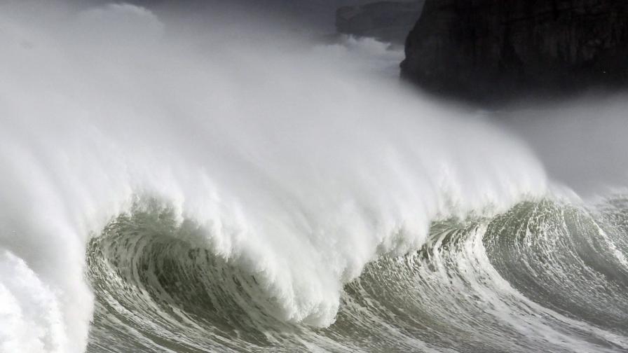 10-метрови вълни по Черноморското крайбрежие в Турция