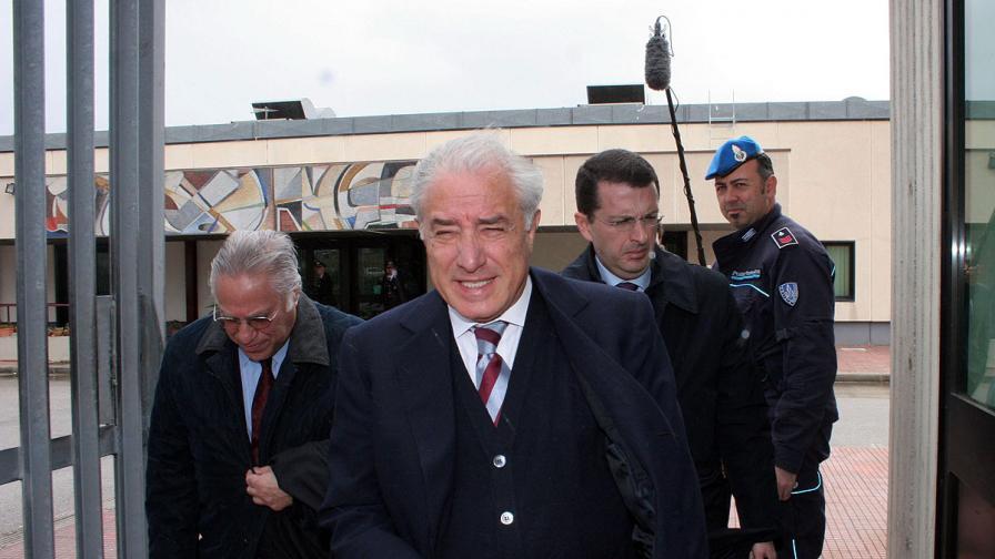 Осъдиха сътрудник на Берлускони за връзки с мафията