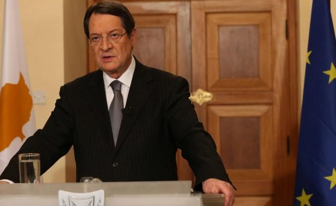 Обвиняват президента на Кипър, че роднини прехвърлили милиони от кипърски банки
