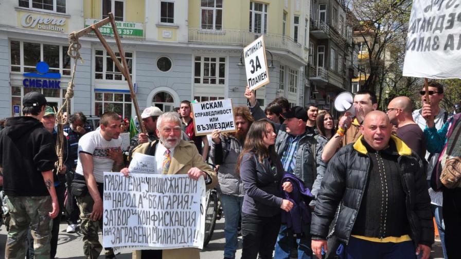 Протестиращи във Варна с камъни и яйца срещу ГЕРБ
