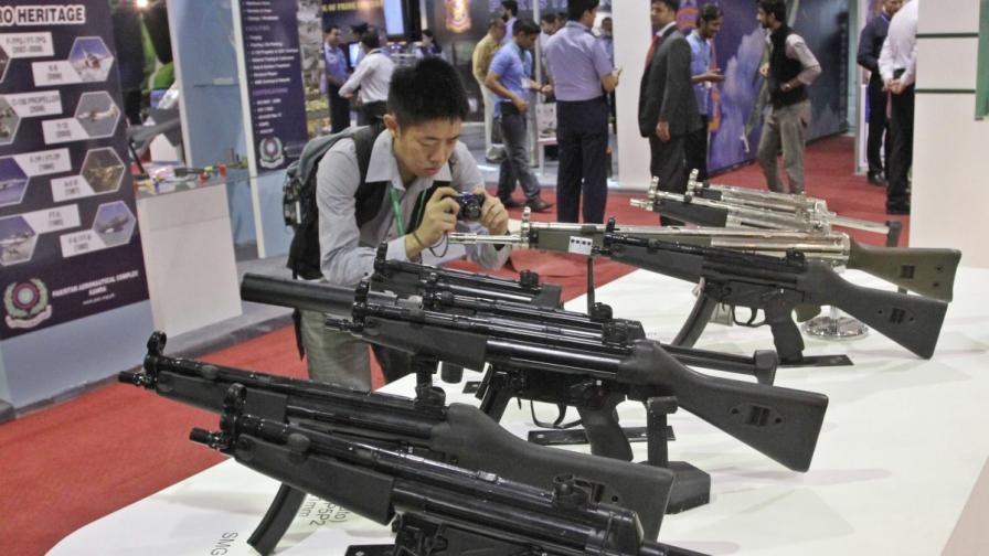 Западът харчи по-малко за оръжия, Изтокът - все повече
