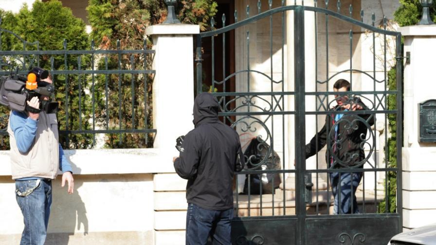 Журналисти чакат пред вратата на дома на Брендо в София