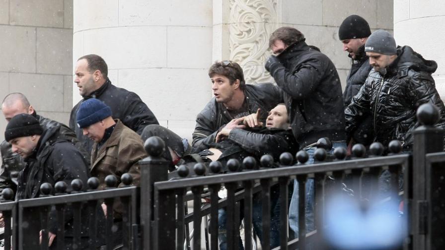 Носят към линейка Златомир Иванов след стрелбата по него пред Съдебната палата