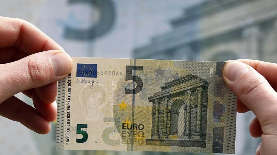 Новата банкнота от 5 евро вече и с надпис на кирилица
