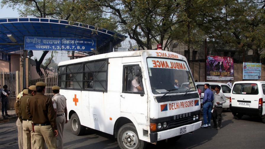 Най-малко 33-ма загинали при падане на автобус в река в Индия