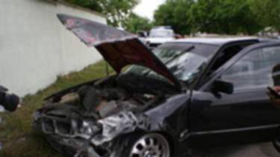 Младеж размаза колата с в бетонна ограда