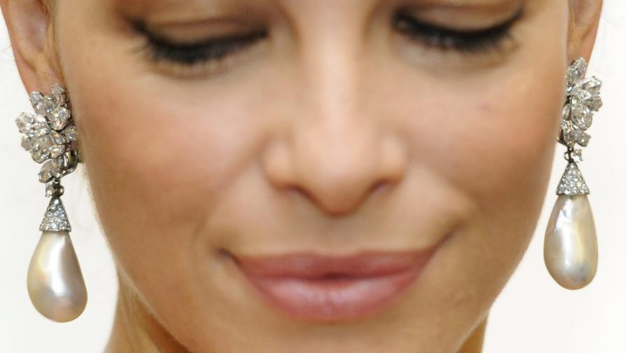 "Перлените обеци на Джина Лолобриджида, показани от модел на ""Сотбис"""