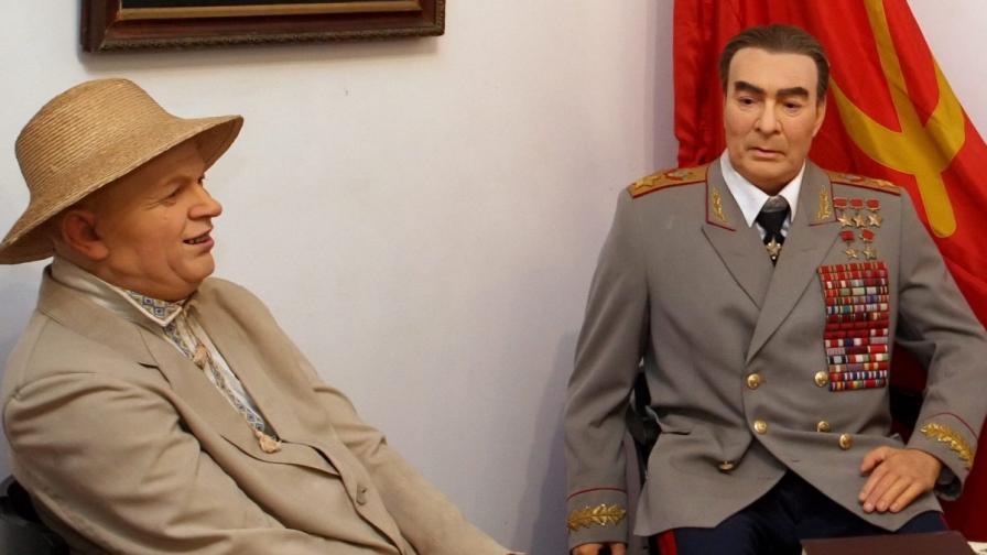 Восъчни фигури на Леонид Брежнев (д) и Никита Хрушчов