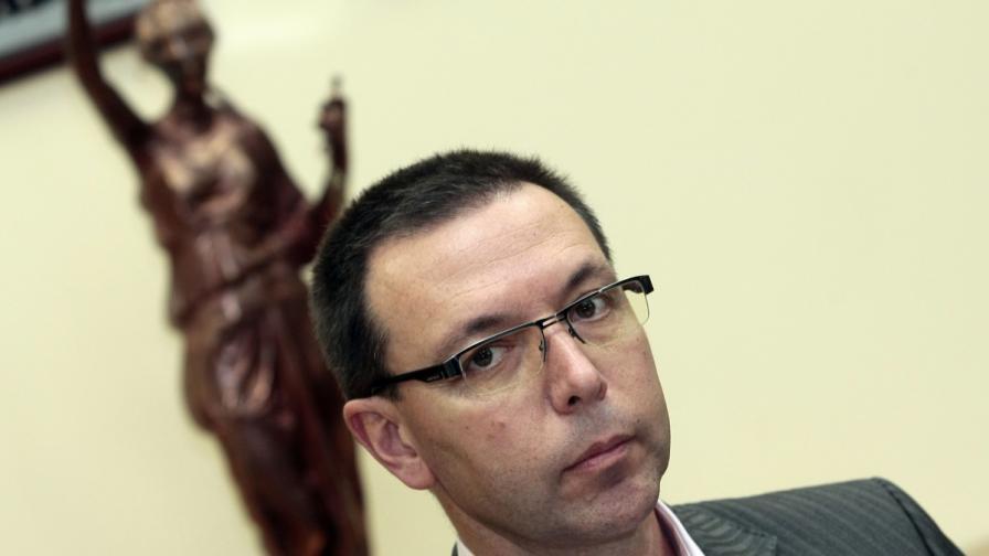 Ръководителят на Специализираната прокуратура Светлозар Костов обмисля дали да не се оттегли от поста си