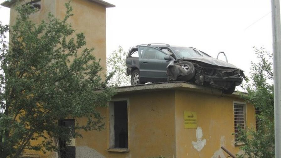 Автомобил върху покрив след пътен инцидент в Костинброд