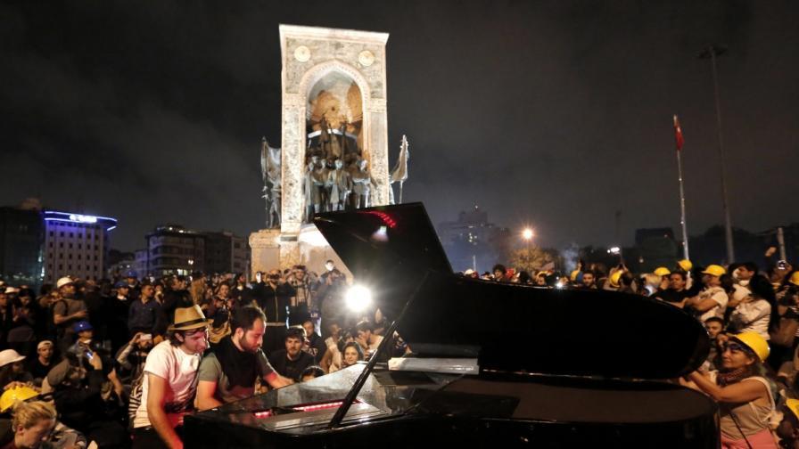 """Протестиращи празнуваха на площад """"Таксим"""" въпреки призива да се разотидат"""