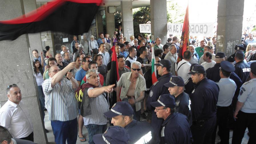 Протести в Пловдив и Благоевград срещу областните управители