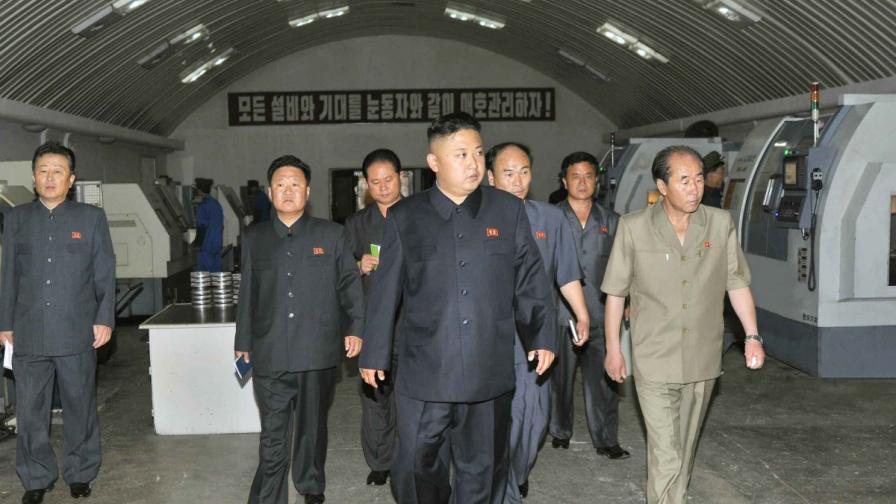 """Ким Чен-ун раздал на висши служители """"Моята борба"""" като наръчник"""