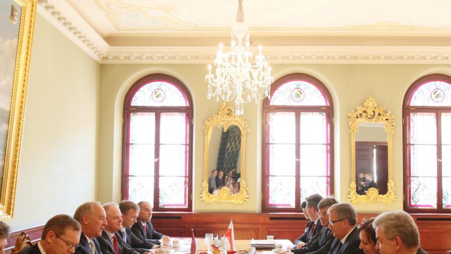 В Латвия горя президентската резиденция