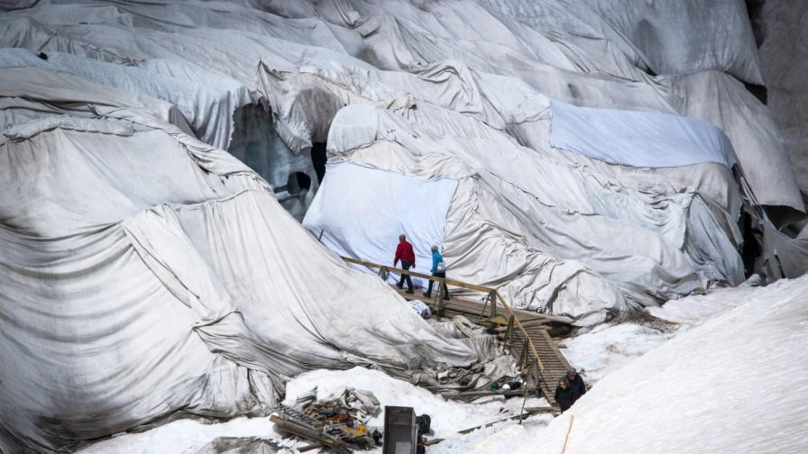 Покриха с одеала един от най-старите ледници в Алпите