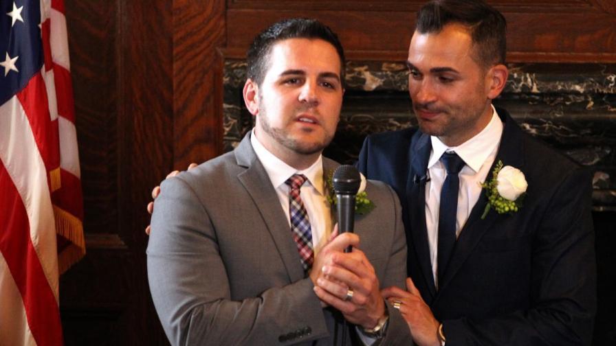 Пол Катами (л) и Джеф Зарило сключиха законен брак вчера в кметството на Лос Анджелес