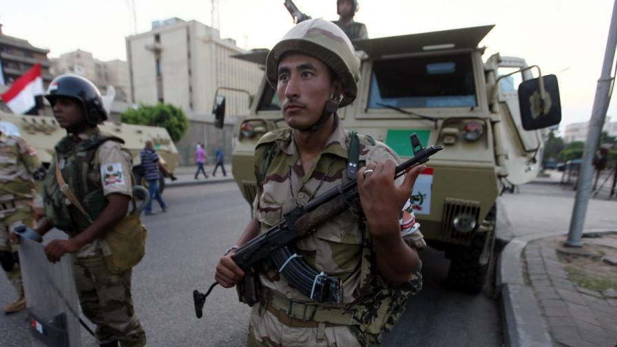 Сваленият египетски президент - задържан от армията