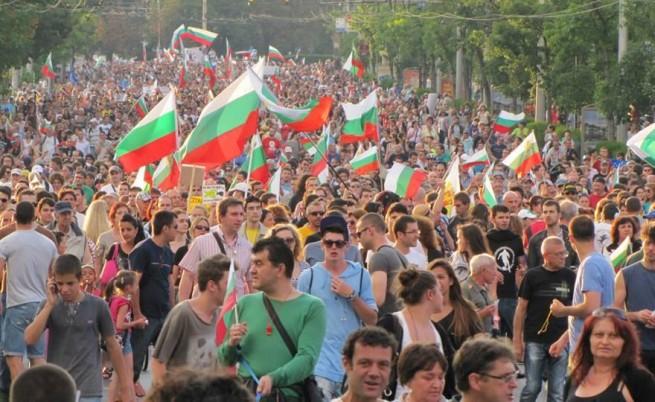 Десетки хиляди на 25-ия протест срещу кабинета