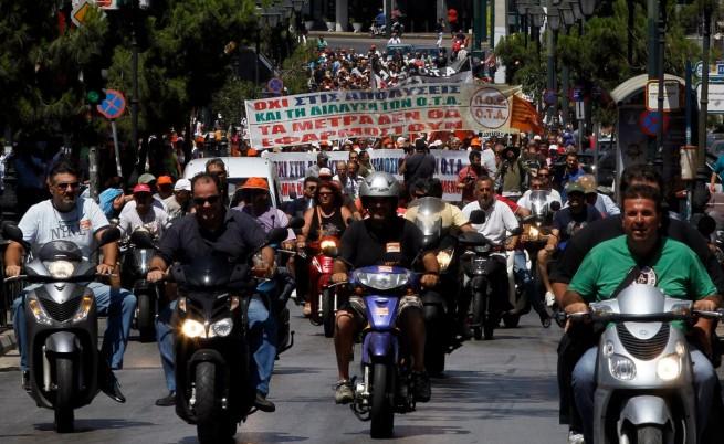 В Гърция протестиращи окупират кметства