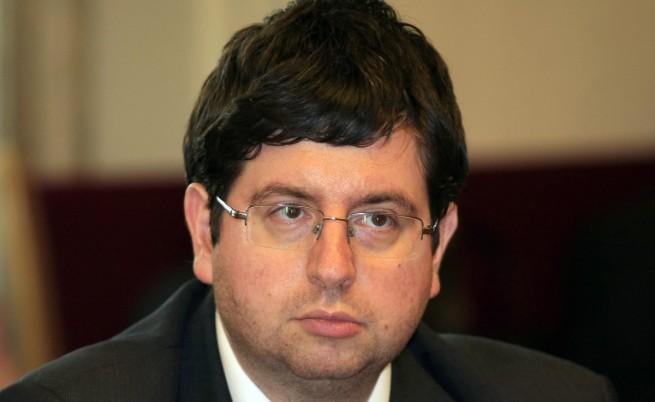 Финансовият министър и левицата срещу сделката с