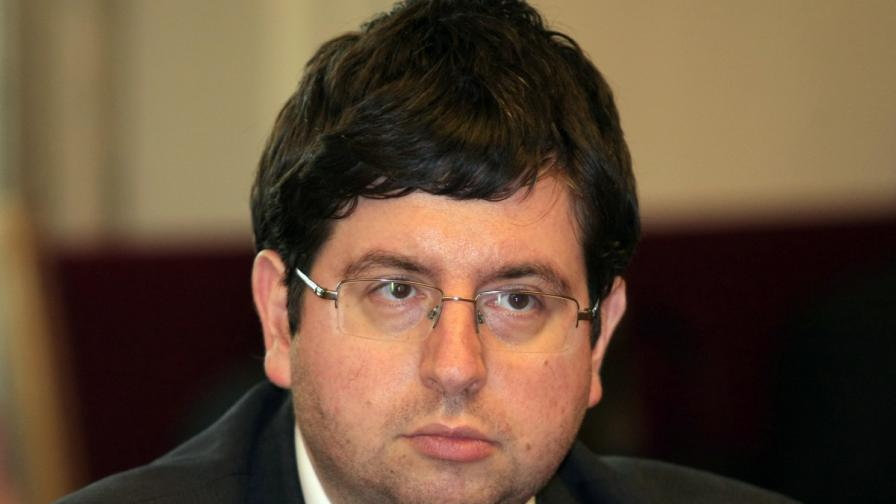 """Финансовият министър и левицата срещу сделката с """"Доверие"""""""