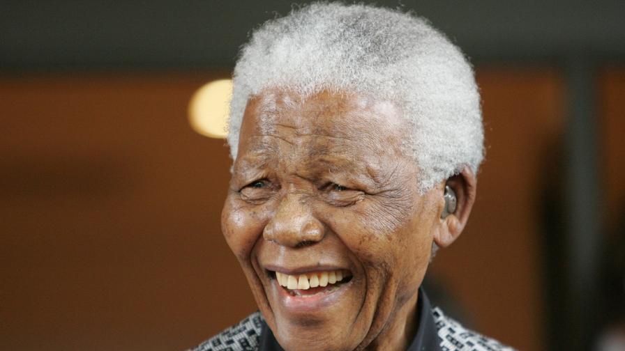 Нелсън Мандела отбелязва 95-ия си рожден ден в болницата