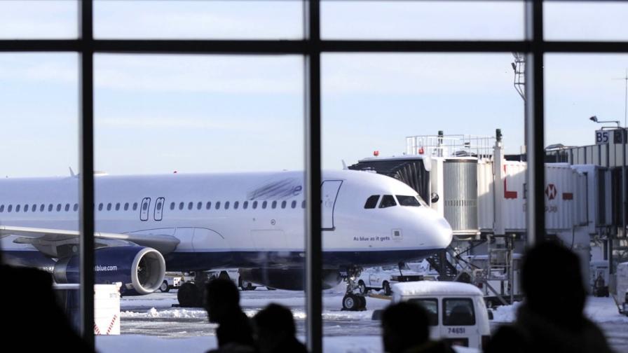 Самолет със счупен колесник кацна в САЩ, осмина пострадаха леко