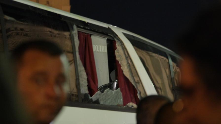 Полицаи ли счупиха стъкло на белия автобус
