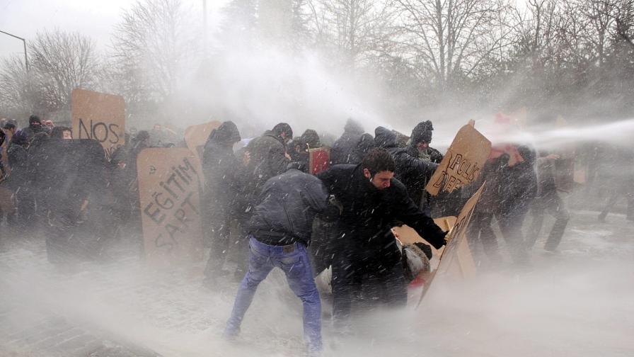 В Турция се справят с протестиращи студенти, като им режат заемите