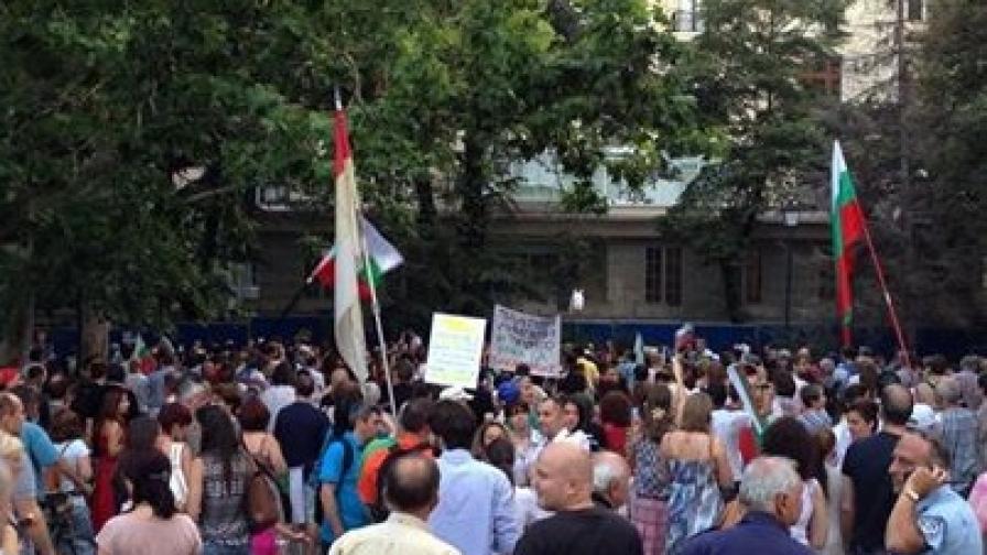 """Стотици скандираха """"Мафия"""" под прозорците на кооперацията в градинката на """"Кристал"""", където сайтът """"NOрешарски"""" твърди, че има апартамент Цветан Василев - собственик на КТБ"""