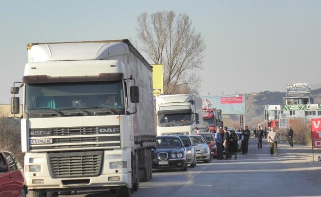 Превозвачи заплашват с блокада на границата с Турция