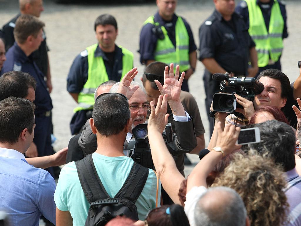 Протестиращи и контрапротестиращи около сградата на парламента. Те са разделени от  полицейски кордони, за да се избегнат сблъсъци.