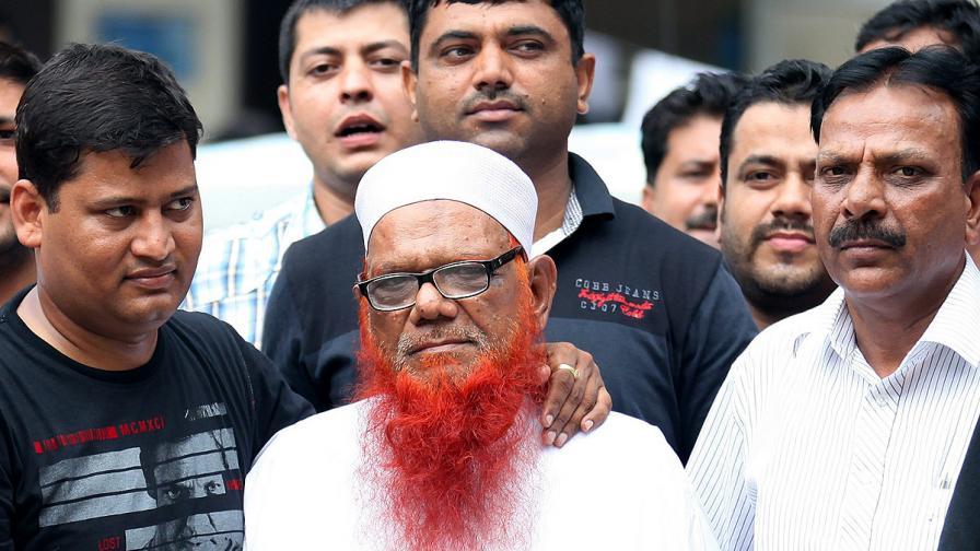 Абдул Карим Тунда (с червената брада)