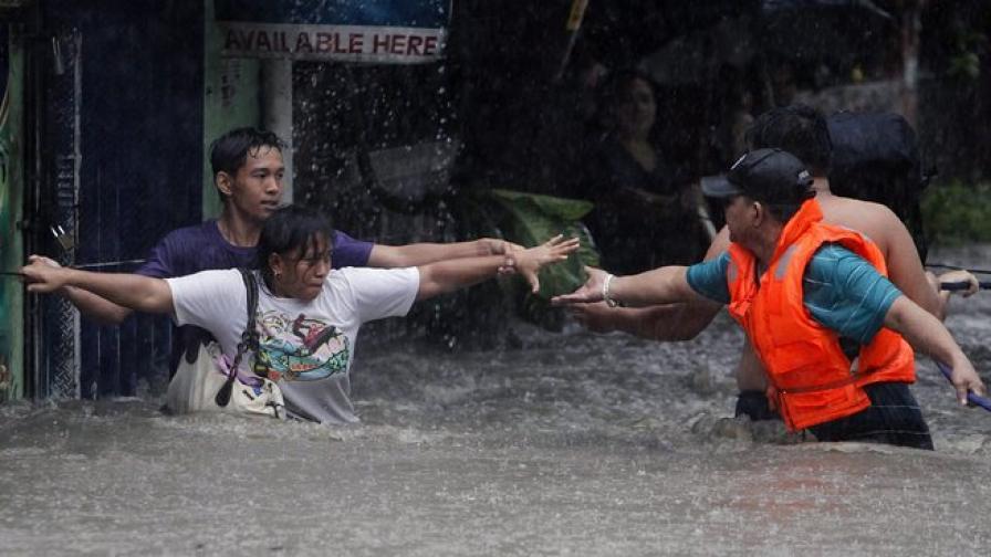 Потоп парализира Манила, трима загинали