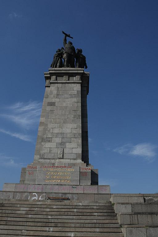 """Оцветен в розово и с голям надпис на чешки език """"България се извинява!!!"""" осъмна паметникът на Съветската армия в Борисовата градина."""