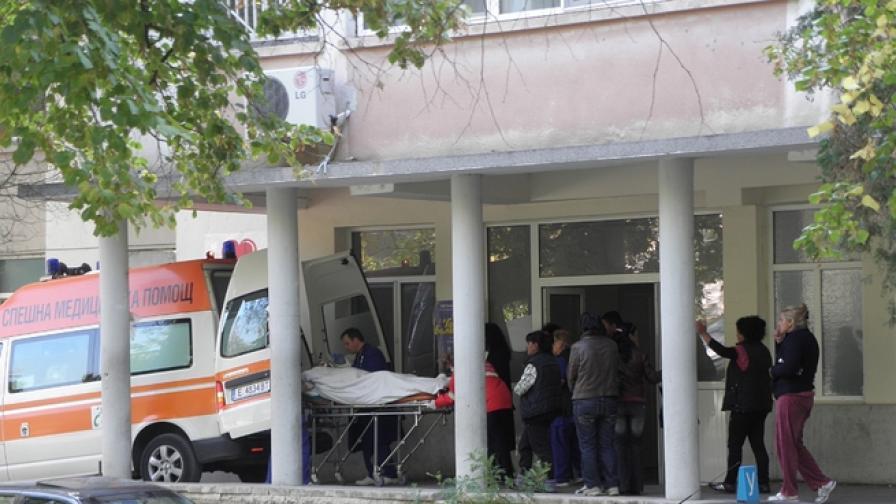 Детето, паднало от 10 м в мол, е на командно дишане