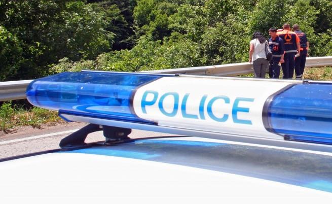 Мъж нападна две деца в тоалетна в училище