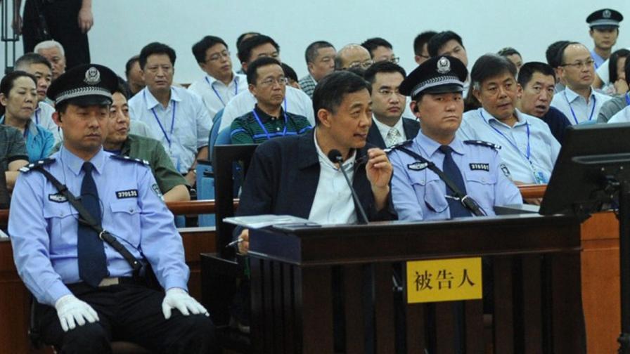 Бо Силай (в средата) в съда